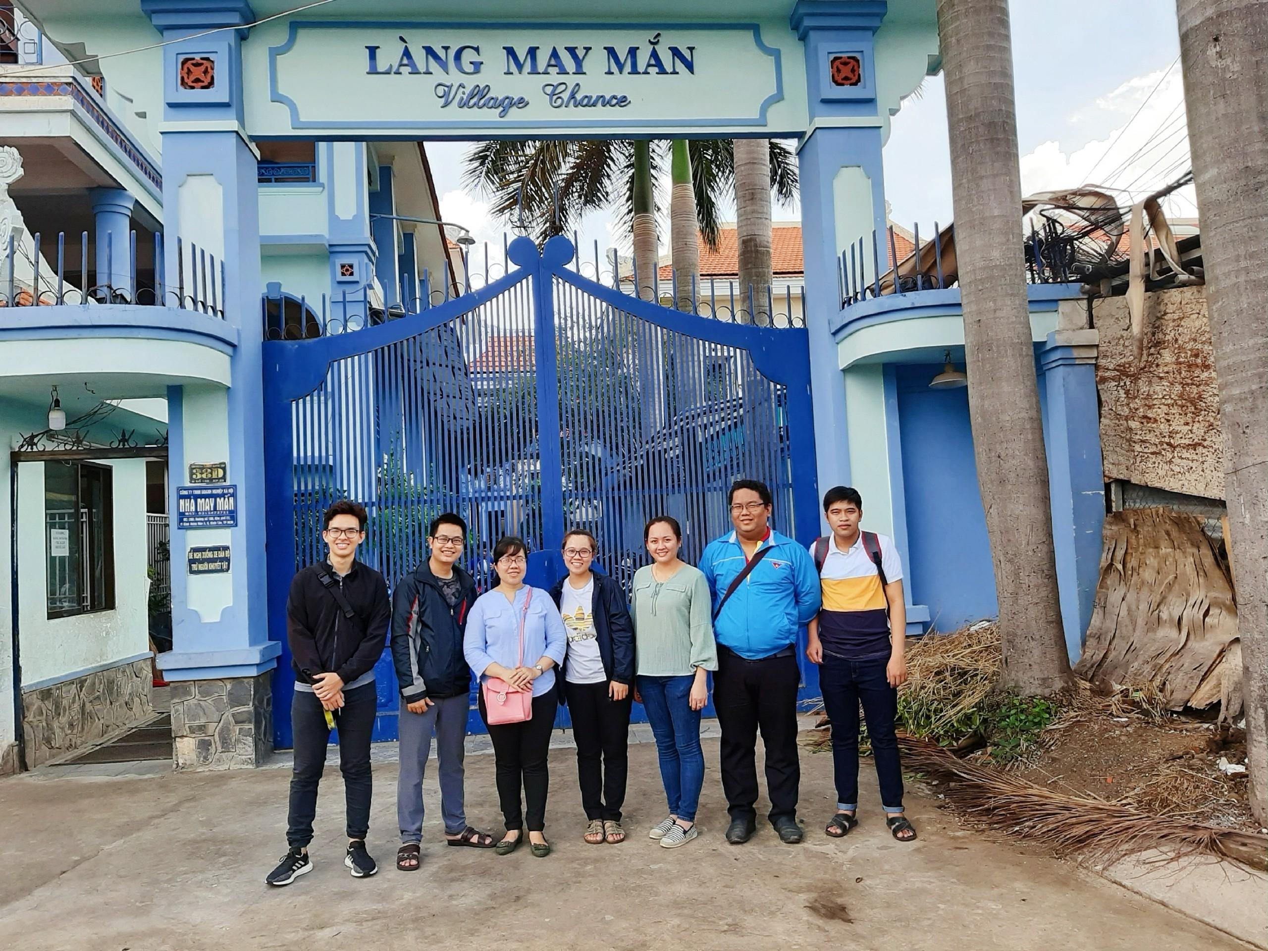 Hành trình đến thăm Làng May Mắn của Chi bộ 16 thuộc Đảng bộ trường Đại học Công nghệ TP.HCM