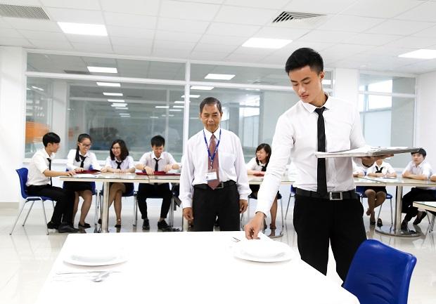 HUTECH-tong-ket-hoc-ky-doanh-nghiep-tai-chuoi-khach-san-5-sao