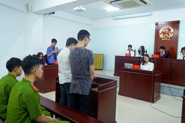 Sinh viên Luật HUTECH tái hiện quy trình xử án chuẩn mực tại Phiên tòa giả định