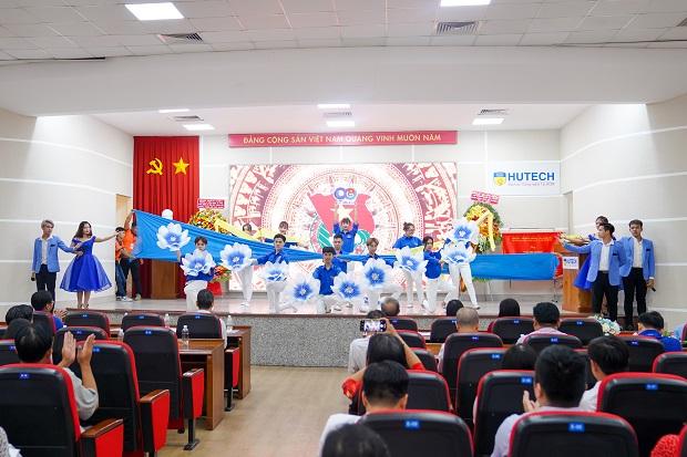 HUTECH tổ chức Lễ kỷ niệm 90 năm ngày thành lập Đoàn TNCS Hồ Chí Minh, kết nạp Đảng cho 08 quần chúng ưu tú