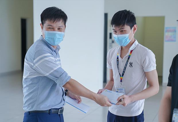 HUTECH thăm hỏi, tặng quà cho 05 sinh viên gặp khó khăn bởi dịch bệnh tại KTX ĐHQG TP.HCM