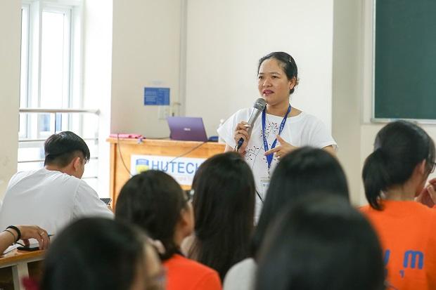 """Khoa Tiếng Anh HUTECH cùng Tân sinh viên tìm hiểu """"bí kíp"""" cho thời sinh viên rực rỡ"""