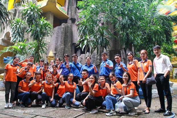 Sinh viên Luật HUTECH mang tết Thiếu nhi đến cho trẻ em chùa Kỳ Quang II