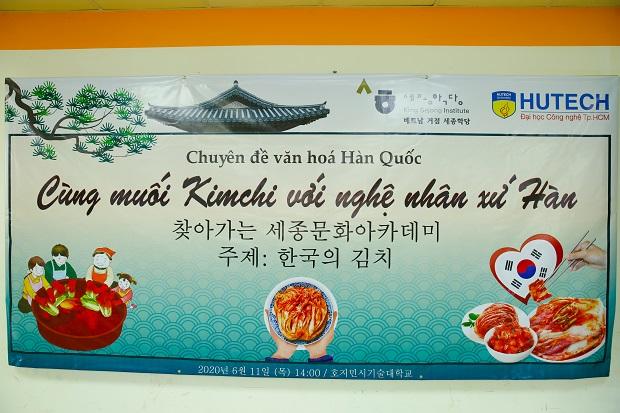 Sinh viên HUTECH cùng nghệ nhân Hàn Quốc học cách làm Kim chi truyền thống