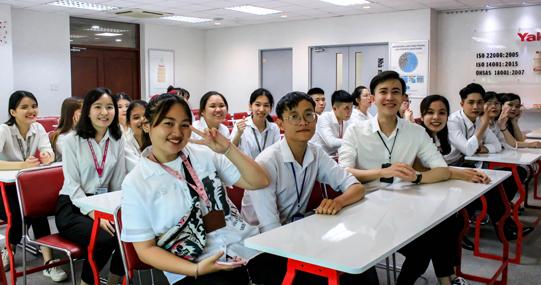 Sinh viên VJIT tìm hiểu dây chuyền sản xuất sản phẩm của Yakult