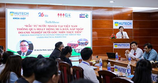 """Sinh viên Khoa Luật HUTECH tìm hiểu """"Đầu tư nước ngoài tại Việt Nam qua hoạt động mua bán, sáp nhập doanh nghiệp"""""""