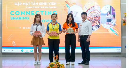 """Khoa Quản trị kinh doanh chính thức đón tân sinh viên với chương trình """"Connecting, Sharing & Growing"""""""
