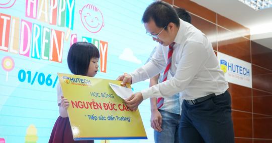 Công đoàn HUTECH trao hơn 500 phần quà cho con em CB - GV - NV nhân ngày Quốc tế thiếu nhi 1/6