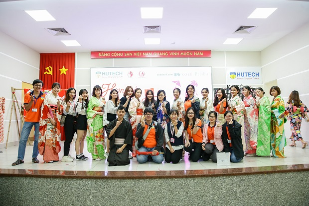"""Students at the Faculty of Japan Studies explore """"Vietnam- Japan culture"""" through traditional costumes."""