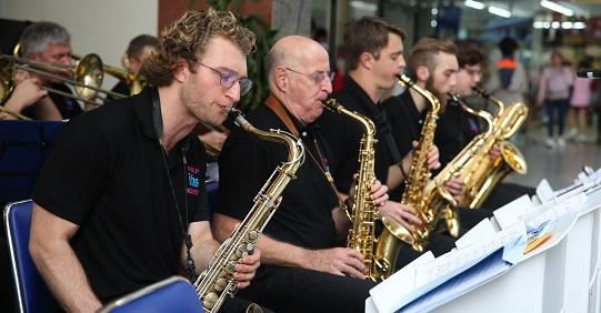 Dàn nhạc quốc tế The IHS World Orchestra mang không khí Giáng sinh khắp thế giới đến HUTECH
