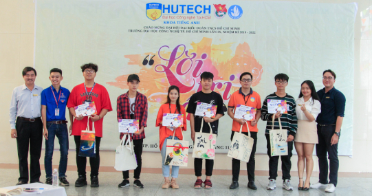 Sinh viên HUTECH trang trí túi canvas và thiệp mừng chào đón ngày Nhà giáo Việt Nam 20/11