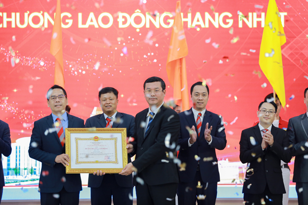 HUTECH đón nhận Huân chương Lao động hạng Nhất nhân kỷ niệm 25 năm thành lập Trường